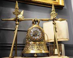 Cloche, pendule en bronze, XIXéme siècle. http://www.marche-dauphine.com/sarazin-antiquites/