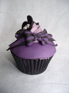 purple theme cupcake i made to try out making a stripy bow. i used a tutorial by shereen's cakes & bakes for the bow Bow Cupcakes, Purple Cupcakes, Themed Cupcakes, Baking Cupcakes, Cupcake Cakes, Black Cupcakes, Cupcake Frosting, Cup Cakes, Fancy Cakes