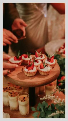 Postres pequeños para todos. Ideas Para Fiestas, Camembert Cheese, Catering, Candy, Table Decorations, Chocolate, Bar, Food, Sugar Free Recipes