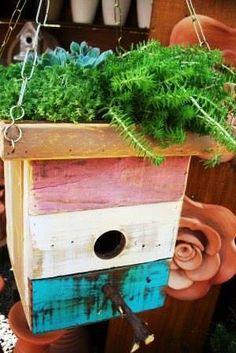 Você gosta de estar integrado com a natureza, auxiliando os pássaros a fazer seus ninhos. Produzimos casas de passarinho, utilizando madeira de pallet, onde na parte superior pode ser utilizada para tratador ou como um lindo jardim suspenso.