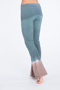 Yoga broek van Urban Goddess yoga kleding. Hip, eerlijk en betaalbaar, gemaakt van bio katoen. Deze yogabroek combineer je leuk met een van de yoga tops.