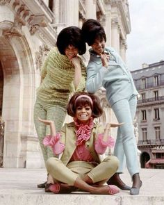 The Supremes in Paris, France in During the the Supremes achieved mainstream success with Diana Ross as lead singer. The Supremes were America's most successful vocal group with 12 number one singles on the Billboard Hot 1960s Fashion, Vintage Fashion, Vintage Outfits, Vintage Clothing, Fashion Fashion, Diana Ross Supremes, Little Shop Of Horrors, Vintage Black Glamour, Retro Mode