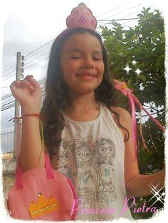 Minha querida afilhada Pietra demonstrando o Kit Lembrancinhas Tema Princesas na cor rosa!