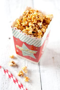 I popcorn al caramello, nuvolette di mais leggiadre e gustose ricoperte di filante caramello. Li mangi e fai un tuffo nel passato, a quando da piccola andavi al cinema con l'amichetta del cuore a vederti un film accompagnata da una zia o da una mamma