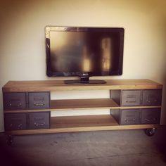 Meuble tv style industriel avec ancien tiroirs et plateaux en chêne épais, 4 roulettes pour déplacer facilement le meuble télé.