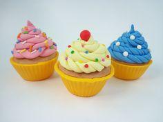 Cupcake falso para vitrine ou uso decorativo. Reproduzido em tamanho real.    Produto sob encomenda. Consulte prazos de produção e envio.  Valor unitário.    Material: biscuit.  Altura aproximada: 08cm. R$ 7,00