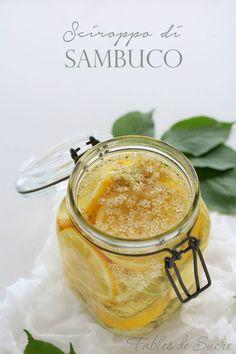Sciroppo di sambuco, fresco e dissetante ideale per le calde giornate estive. Colore paglierino, dolce e profumato diluito in acqua, una bibita da gustare.
