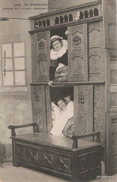 Pictures of comic scenes staged around Britanny's most famous furniture. The double-decker beds ( double lit clos , lit à l'étage etc. Vintage Pictures, Old Pictures, Old Photos, Photo Bretagne, Bed In Closet, Room Closet, Box Bed, Vintage Humor, Funny Vintage