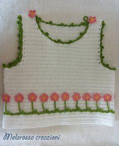 Maglietta fiorellini abbigliamento bambina su misura all'uncinetto in filo di Scozia.Abbigliamento da cerimonia,piccole damigelle