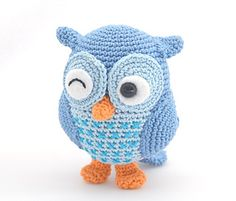 This cute little owl is named Jip. He is about 12 cm high and the 8 pages PDF pattern is completely free ! Jip is designed by Tessa van Riet-Ernst from Woolytoons.com the author of the Amigurumi & More series.