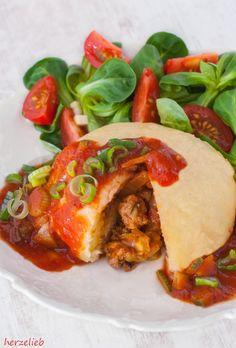 Herzhaft gefüllte Germknödel mit Tomatensoße sind eine Abwechslung in der Küche. Die mediterrane Füllung ist schnell gemacht. Einfaches Rezept!