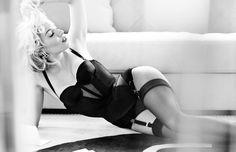 Sienna Miller Delivers All-Star Glamour In Mario Testino Images For Vogue UK October 2015 - News for Women, Fashion & Style, Women's Rights - Women's Fashion & Lifestyle News From Anne of Carversville Mario Testino, Sienna Miller, Vogue Uk, Ben Affleck, Agent Provocateur, Uk Fashion, Fashion Beauty, Pin Up, Sam Mcknight