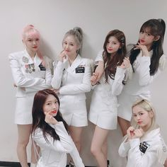 Image may contain: one or more people and people standing Kpop Girl Groups, Korean Girl Groups, Kpop Girls, K Pop, Pop Fashion, Fashion Outfits, Strawberry Hair, Yuehua Entertainment, Asian Style