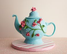Cake decorating tutorial making a teapot cake. Learn from Mary & Brenda Maher - The Cakegirls - how to make this cute teapot cake. Beautiful Cakes, Amazing Cakes, Pretty Cakes, Cake Decorating Tutorials, Cookie Decorating, Teapot Cake, Cake Tutorial, Diy Tutorial, Fancy Cakes