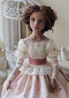 Купить или заказать Роза в интернет-магазине на Ярмарке Мастеров. Авторская подвижная кукла в смешанной технике. Вертит головой, стоит на подставке, сидит сама. Одежда несъемная - хлопок, шелк, бархат, батист, кружева старинные и современные, бисер, шелковые ленты... Обувь несъемная. Волосы из шерсти овечки, цветы в прическе из японского шелка. Приедет с сертификатом, в деревянной коробке. ПРОДАНА. Повторы не делаю.