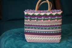 Week 6van de 'I want that bag!' CAL ontworpen doorKimberly Slifer van Just a Girl and a Hookis het allerlaatstegedeelte van de tas.Na een beetje afwerking zijn we nu helemaal klaar. Kijk eens ...