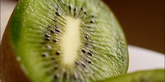 What's behind the possible benefits of kiwi to sleep? There are a couple of characteristics of the fruit that may make it a strong sleep-promoting food: its high antioxidant levels and its high serotonin levels. Healthy Bedtime Snacks, Healthy Protein Snacks, Healthy Eating Habits, Healthy Cookies, Vegan Snacks, Healthy Eats, Foods For Sore Throat, Kiwi Benefits, How To Cook Chicken
