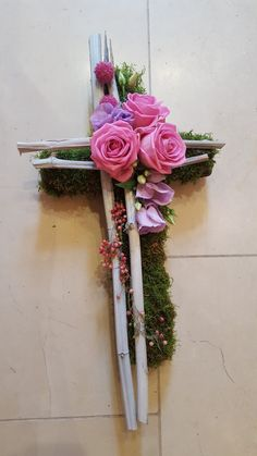 Grabschmuck Best Picture For funeral fotos For Your Taste You are looking for something, and it is going to tell you exactly what you are looking for, and you didn't find that picture. Funeral Flower Arrangements, Funeral Flowers, Fleurs Toussaint, Art Floral, Cemetery Decorations, Cross Wreath, Cemetery Flowers, Sympathy Flowers, Drawing Flowers
