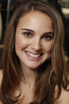 Where should you be parting your hair?: The side part The side part is also perfect for classic beauties like Natalie Portman, as it keeps the focus on her face. Natalie Portman Thor, Natalie Portman Star Wars, Natile Portman, Beautiful Celebrities, Most Beautiful Women, Jenifer, Zooey Deschanel, Hollywood Actresses, Girl Crushes