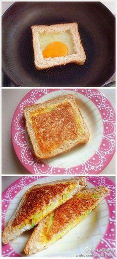 把面包中间切掉=>打入蛋=>等稍微凝固一些了加入你要的东西【比如黄瓜,芝士片+火腿或者培根】=>看鸡蛋差不多了盖上切下来的面包,翻过来再烘烤一下=>浇上番茄酱切开 。