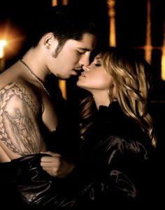Em nós ainda o amor    Já faz algum tempo Que eu não te vejo. Por você sedento; Preciso te encontrar.  Em nós ainda o amor, O sentimento lindo E a vida com esplendor, Todo encanto e ternura.  Não posso te esquecer. Você é tudo pra mim; Quem me faz renascer Num mundo sem-fim.