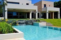 Mirá imágenes de diseños de Piletas estilo Moderno}: . Encontrá las mejores fotos para inspirarte y creá tu hogar perfecto.