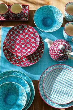 / turquoise and red dinnerware / Pottery Plates, Ceramic Pottery, Ceramic Painting, Ceramic Art, Vase Deco, Table Setting Inspiration, Setting Table, Dining Ware, Dining Set