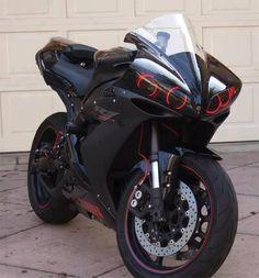 Yamaha R1 customizada preta com detalhes vermaelhos, detalhe angel eyes #r1 #tunning #esportiva http://timevencedor.com