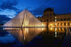 Parigi, la Piramide del Louvre, una piramide di vetro situata nella Corte Napoleaone bella tanto di giorno quanto di notte. Impressionante e maestosa. Bontourism®, Tutta l'Arte del Viaggio