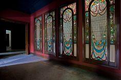 Cuatro de las vidrieras de la planta noble de la Casa Burés.
