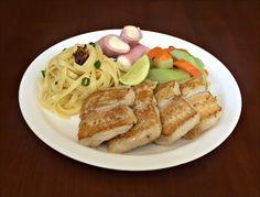 Talharini ao Alho e Azeite, Filé de Pintado grelhado, Presunto Recheado com Requeijão e Salada de Chuchu com Cenoura.