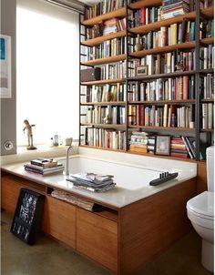 Banheira com estante de livros