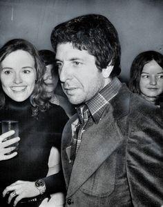 Dichter Leonard Cohen verbijsterd doel omringd door meisjes op een feestje voor zichzelf en Irving Layton op de gegooid door uitgevers McClelland en Stewart ...