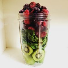 Alessandra Zecchini: Vitamin smoothie: Kiwi, spinach and berries -