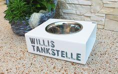 Die **TankStelle** ist ein einzigartiger, robuster Futter- bzw. Wassernapf, der auch für den Outdoor-Bereich geeignet ist, da er komplett aus Kunststoff gefertigt wird. Hier steht die TankStelle...