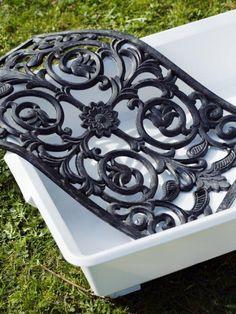 En rejäl och dekorativ betongplatta med fint mönster gör du med hjälp av en plastback och en dörrmatta i gummi. ...