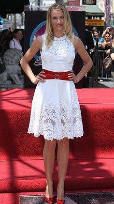 Красными туфлями платье