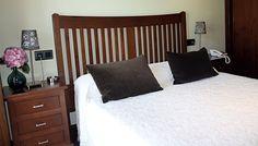 Habitación doble con cama de matrimonio y vistas al pueblo de Tresgrandas.