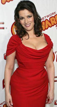 reason why men like curves I love Nigella, she's a baking bombshell!I love Nigella, she's a baking bombshell! Sexy Older Women, Sexy Women, Curvy Women, Nigella Lawson, Beautiful Curves, Pretty Woman, Pretty Girls, Lady In Red, Plus Size Fashion