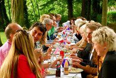 met vrienden aan tafel eten en drinken - Google zoeken