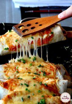 Enchilada z kurczakiem, warzywami i ciągnącym serem Healthy Dishes, Healthy Recipes, Appetizer Recipes, Dinner Recipes, Chicken Wrap Recipes, Good Food, Yummy Food, Clean Eating Snacks, Tortellini