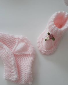 Good afternoon from Izmir dI knitted a booties to our Princess cardigans. Knitted Baby Boots, Knitted Baby Cardigan, Knit Baby Sweaters, Knitted Baby Clothes, Knitted Booties, Crochet Baby Booties, Diy Crafts Knitting, Diy Crafts Crochet, Baby Knitting Patterns