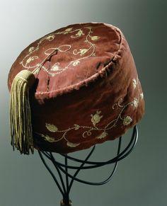 Kalot of 'smoking cap' van bordeauxrood fluweel, geborduurd met gouddraad en voorzien van een kwast van gouddraad, anoniem, ca. 1860