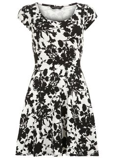 """Dorothy Perkins floral petal sleeve dress, We seem to be having an inadvertent """"Dorothy Perkins"""" theme today, because right after publishing our """"Three Women's Fashion Dresses, Casual Dresses, Dresses Dresses, Pinny Dress, Petal Sleeve, Floral Sleeve, Short Sleeve Dresses, Dresses With Sleeves, White Floral Dress"""