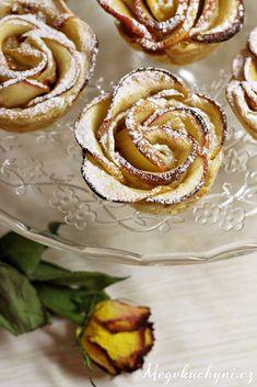 Růže z listového těsta a jablek Sweet Bar, Food Art, Doughnut, Food Inspiration, Dessert Recipes, Food And Drink, Ice Cream, Apple, Baking