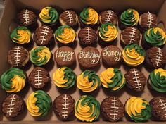 Green Bay Packers cupcakes for a birthday. Chocolate and vanilla cupcakes with chocolate (the footballs) and vanilla buttercream frosting. Football Desserts, Football Cupcakes, Green Bay Packers, Packers Cake, Vanille Cupcakes, Vanilla Buttercream Frosting, Football Birthday, Salty Cake, Birthday Cupcakes