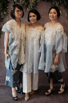Latest Baju Kurung : One of Indonesia traditional clothes Kebaya Lace, Kebaya Hijab, Batik Kebaya, Kebaya Dress, Batik Dress, Simple Dresses, Pretty Dresses, Tulle Dress, Lace Dress