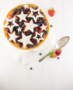Red, White & Blue Tart Easy graham crust, creamy custard filling & lots of fresh fruit - what more could anyone want? Perfect for hot summer days! #recipe #dessert