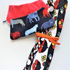 """Ensemble de naissance """"tigre pop"""" bavoirs bandana triangle tigres colorés et rouge flashy, tapis - matelas à langer nomade coloré bleu, jaune, rouge, blanc, vert fait-main"""