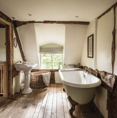 Home Interior Salas Pollyanna Cottage in the Cotswolds.Home Interior Salas Pollyanna Cottage in the Cotswolds Rustic Home Interiors, Farmhouse Interior, Rustic Farmhouse, Cottage Farmhouse, English Cottage Interiors, English Farmhouse, Farmhouse Style, Cotswold Cottage Interior, English Cottage Bedrooms